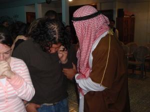 San Pedro de Poás, Costa Rica (25 de Julio, 2009): Un Misionero de Proyecto Isaías ora con un jóven en el culto misionera