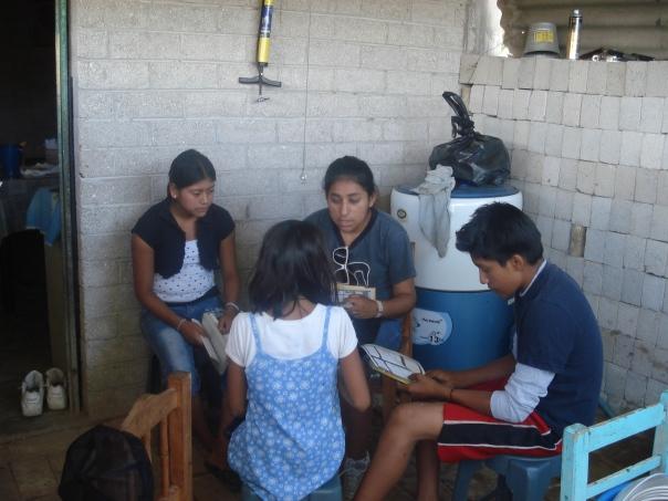 Mayuli Aguilar Toledo comparte de la Palabra durante su ministerio de Jóvenes en Misión 2009