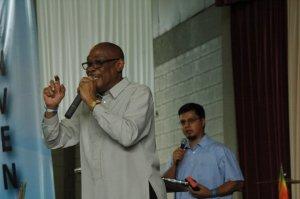 Dr. Oliver Phillips predica con su traductor Giovanni Monterroso durante la Cumbre de Santidad en San José, Costa Rica (30 Octubre 2009)