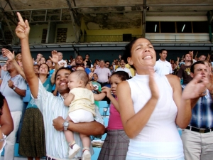 LA HABANA, CUBA.- El 11 de julio 2009, miles de cristianos de diversas denominaciones evangélicas se reunieron en un culto público en el estadio «Pedro Marrero».