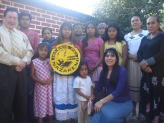 Maru Rodríguez y Leonides Arteaga con miembros de una de las iglesias recién plantadas