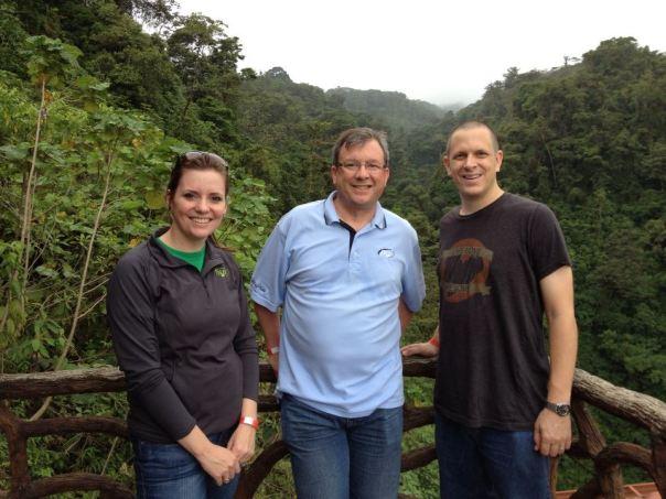 Coordinador de JNI Global, Gary Hartke, y su Asistente, Kelsey Main, junto con su servidor disfrutando un poco de turismo en la selva de Costa Rica.