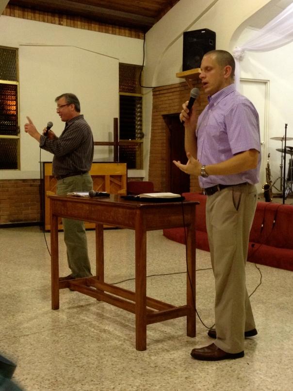 Rev. Gary Hartke (y traductor Scott Armstrong) predicando sobre el ministerio y el liderazgo del libro de Esther