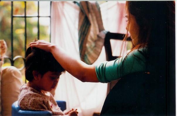 Madre bendiciendo a su hija