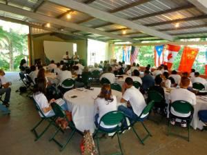 Misionero Anthony Maxwell comparte un testimonio durante el COM, con Ramón Sierra como traductor.