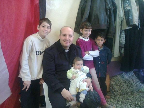 Pastor Mazen con niños desplazados