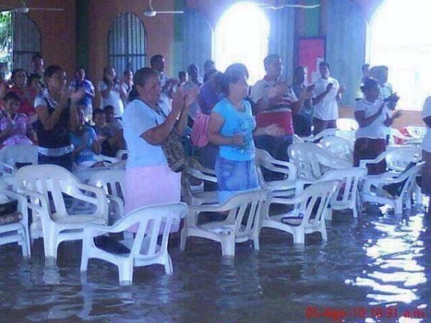 Filipinas alabando en agua