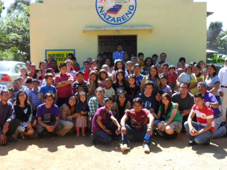 Los chicos de Proyecto Pablo con la naciente iglesia en Barrio Nuevo.