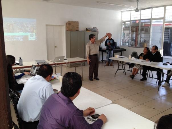 Rev. Samuel Cadena explica la visión de la Iglesia en Guadalajara.