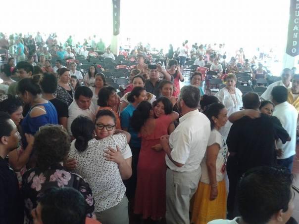 En el Culto de Envío de los misioneros de Génesis el 5 de abril 2014 en Mérida, México.