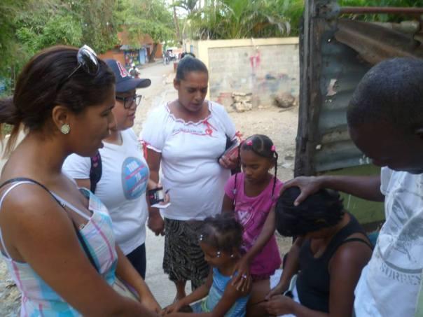 Evangelizando en la comunidad de Haina, República Dominicana, ¡donde la meta es organizar una Iglesia del Nazareno en el próximo año!