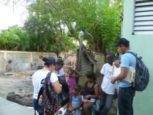 Daniela González y Marvin Ac oran por una familia en Haina, República Dominicana.