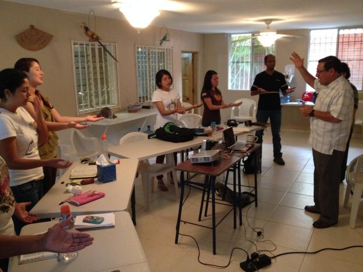 Miguel e Irene Garita aconsejaron y bendijeron a los misioneros en un tiempo especial pocos días antes de salir al campo.