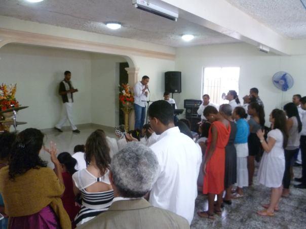 Marvin Ac predicó el Día de Resurrección en la iglesia La Tropical y había una respuesta maravillosa en el altar.  ¡Gloria a Dios!