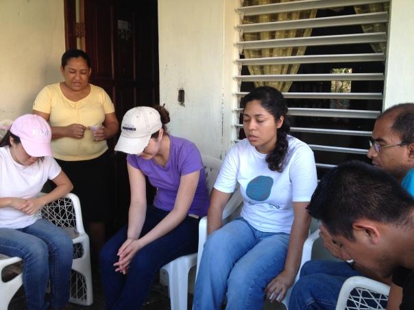 Orando con una familia pastoral en Santo Domingo...
