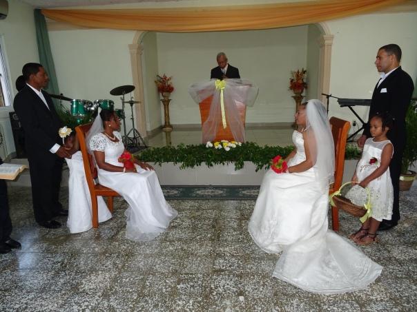Ambas parejas al iniciar la ceremonia dirigida por el pastor Edilio Balbuena, de la iglesia madre