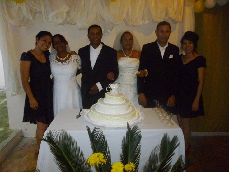 Jessi y Luz con ambas parejas de esposos al finalizar la ceremonia.