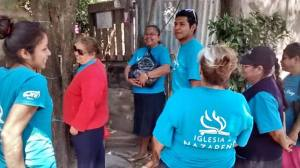 Mujeres de la iglesia madre sirviendo en La Loma