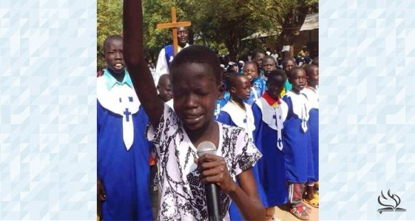 Un niño de Sudán del Sur ora por paz