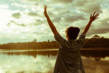 Mujer-feliz-levantando-las-manos