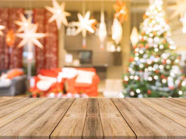 tablero-de-madera-vacio-sobre-la-mesa-de-fondo-borrosa-perspectiva-mesa-de-madera-marron-sobre-desenfoque-de-arboles-de-navidad-y-fondo-de-chimenea-se-puede-utilizar-simulacro-para-la-presentacion-de-productos-de-montaje-o-diseno-de-diseno_1253-1305.jpg